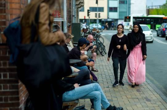 Nørregade i Odense. Den lyserøde H.C. Andersen Festivals farve breder sig i bybilledet.