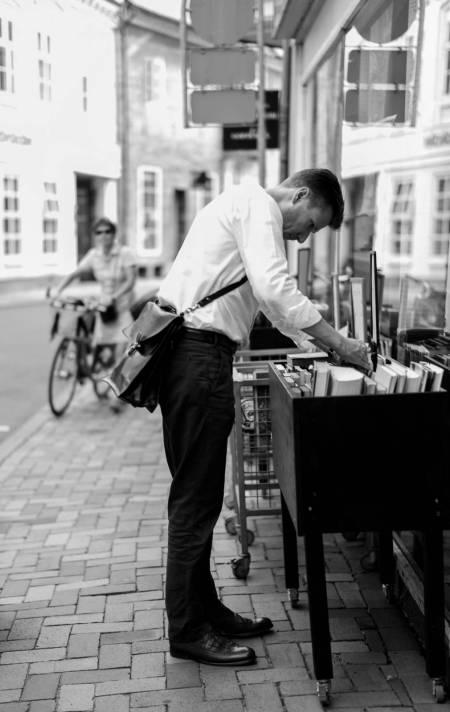Ved den traditionelle papirhandel i Nørregade.