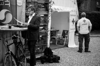 Kulturredaktør Martin Mulvad Ernst, TV2/Fyn med hjælp i nærheden.