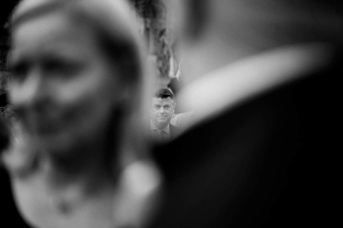 Kulturordfører Mogens Jensen, Socialdemokraterne, fanget mellem gæster til SVEND filmfestival i Svendborg. / Politician Mogens Jensen caught between guests at a film festival.